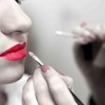 איפור שפתיים דומיננטי.